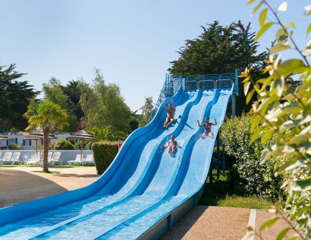 Campsite with water park in britanny aquagym water polo for Camping piscine toboggan